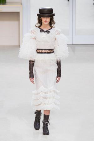 Показ Chanel коллекции сезона Осень-зима 2016-2017 года prêt-à-porter - www.elle.ru - Подиум - фото 605665