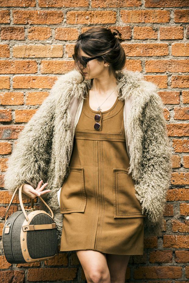 Пальто из меха ламы, Lyapina K; платье, Chloé; сумка, Samsonite