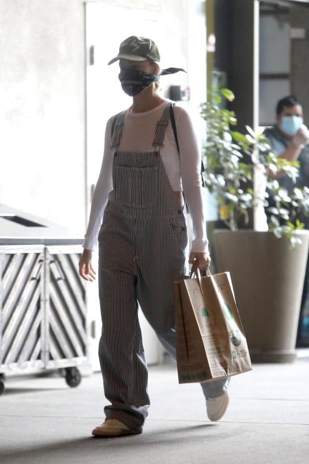 Фирменная бандана и комбинезон отчаянной домохозяйки: как чувственная блондинка Марго Робби ходит за покупками (фото 5)