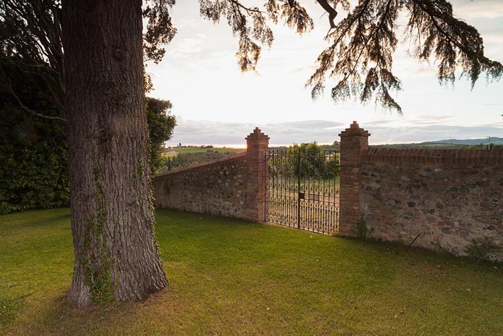 Дом окружен огромным парком, который каскадом спускается к виноградникам и имеет несколько входов.