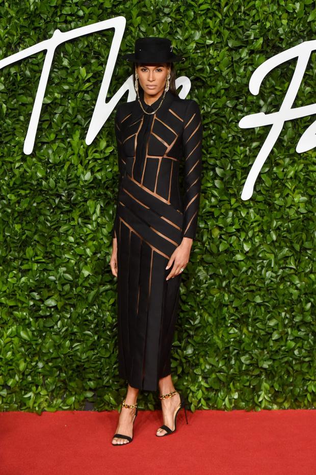 Блеск пайеток и прозрачные ткани: самые красивые платья церемонии Fashion Awards 2019 (фото 20)