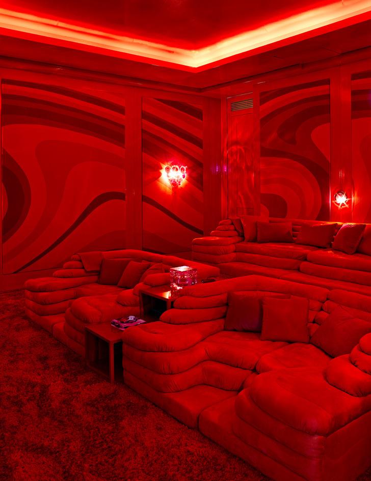 Домашний кинотеатр оборудован на профессиональном уровне: удобные диваны, de Sede, мощные встроенные колонки и безупречная звукоизоляция.