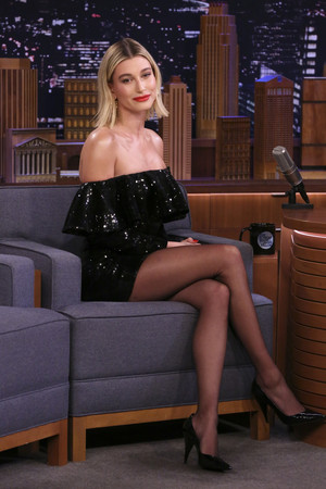 Хейли Бибер на вечернем шоу (фото 0.2)