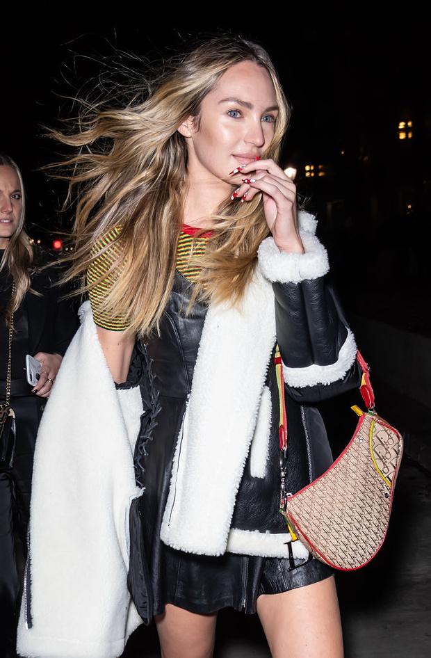 Маникюр-мухомор и рокерский сарафан: что носит модель Кэндис Свейнпол между показами (фото 3)