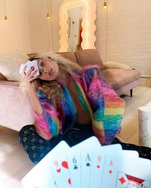 Цветной кардиган и брюки Gucci: яркий домашний образы Эльзы Хоск (фото 0.2)