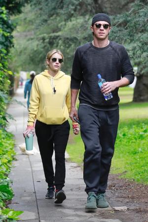 Эмма Робертс и Гаррет Хедлунд на прогулке (фото 0.2)