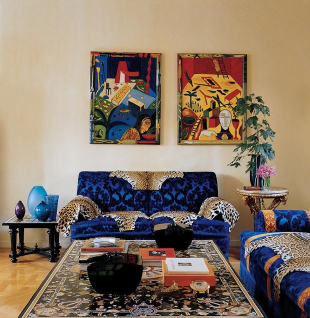 Гостиную на втором этаже с диванами, подушками, табуретами и ковром Versace Home Collection украшают три этюда Джорджо де Кирико и полотно Фернана Леже «Красная статуэтка».
