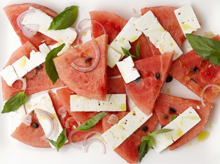 Салат из арбуза с сыром Фета и базиликом