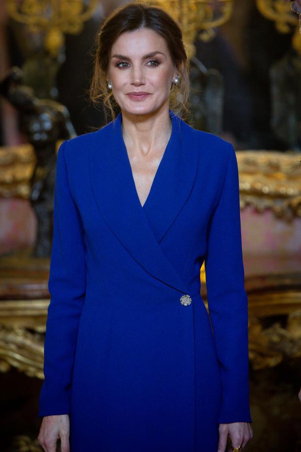 Исключительное синее платье-смокинг: первый выход королевы Летиции 2020 (фото 4)