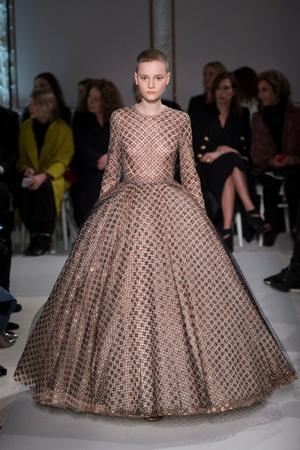 Показ Giambattista Valli коллекции сезона Весна-лето  2017 года Haute couture - www.elle.ru - Подиум - фото 616221