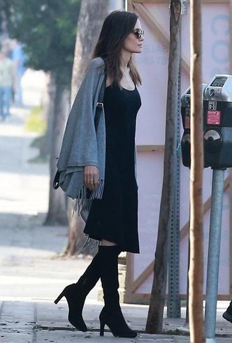 Анджелину Джоли сфотографировали за едой во время шопинга в Лос-Анджелесе фото [4]