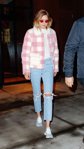 Розовая клетка и деним: Джиджи Хадид в куртке Saks Potts и джинсах с прорезями (фото 2)