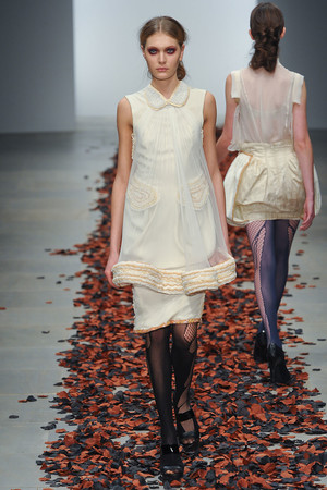 Показы мод Bora Aksu Весна-лето 2012 | Подиум на ELLE - Подиум - фото 1975