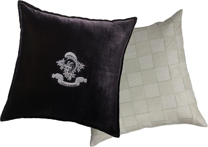 Подушка Chukka Chequer, лен, замша; Подушка Velvet Napoleon, бархат с вышивкой металлической нитью.