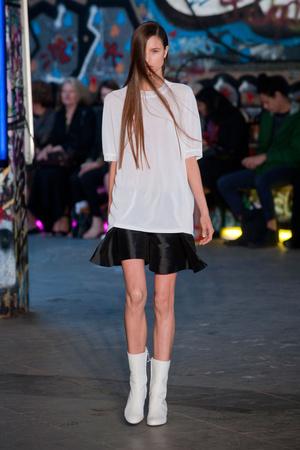 Показы мод Thomas Tait Весна-лето 2013 | Подиум на ELLE - Подиум - фото 1151