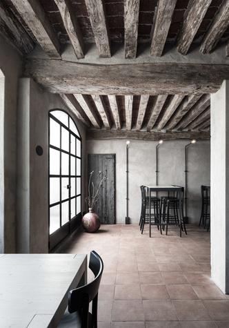 Монохромная закусочная в здании фермы XVI века (фото 2.1)