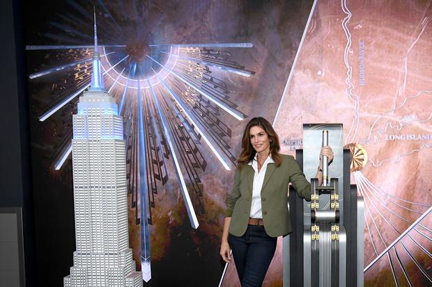 Синди Кроуфорд зажгла праздничную иллюминацию на самом известном небоскребе Нью-Йорка (фото 3)