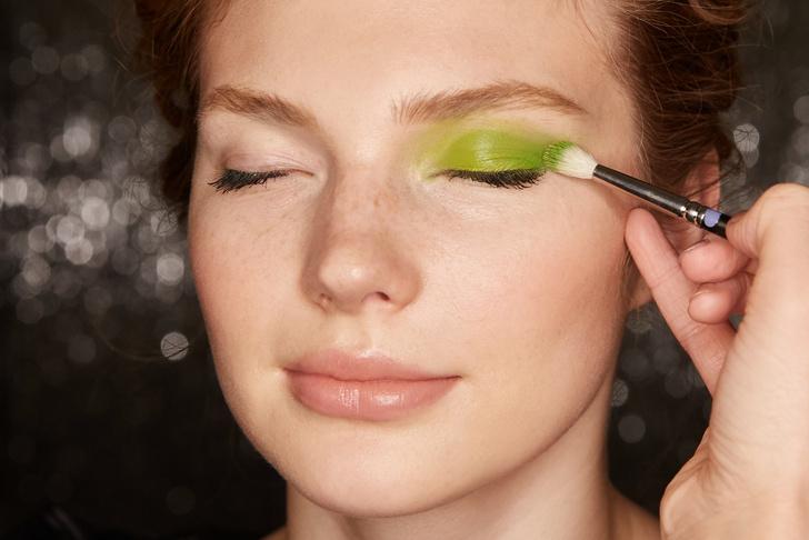 Поэтапная инструкция: 2 новогодних макияжа от визажистов Елены Крыгиной (фото 4)