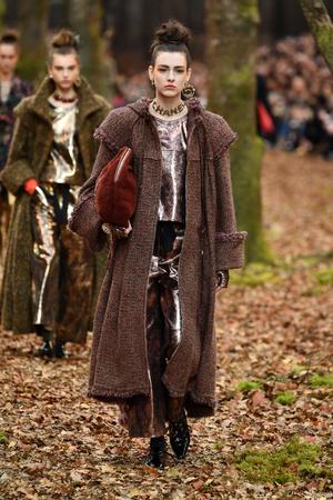 Показ Chanel коллекции сезона осень-зима  2018-2019 года Prêt-à-porter - www.elle.ru - Подиум - фото 716131