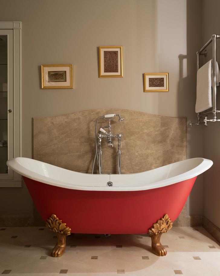 Ванная комната. Ванна Sheraton, Imperial Bathrooms. Фартук из мрамора Monaco Brown, компания «Новый камень».