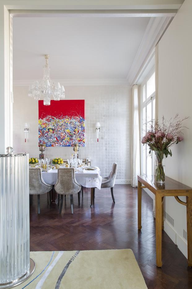 Столовая. Обои De Gournay. На стене — бра Baccarat и картина «Красная абстракция» Кэтрин Фридрикс
