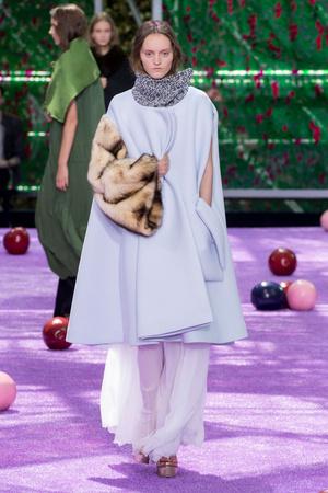 Показ Christian Dior коллекции сезона Осень-зима 2015-2016 года haute couture - www.elle.ru - Подиум - фото 596927