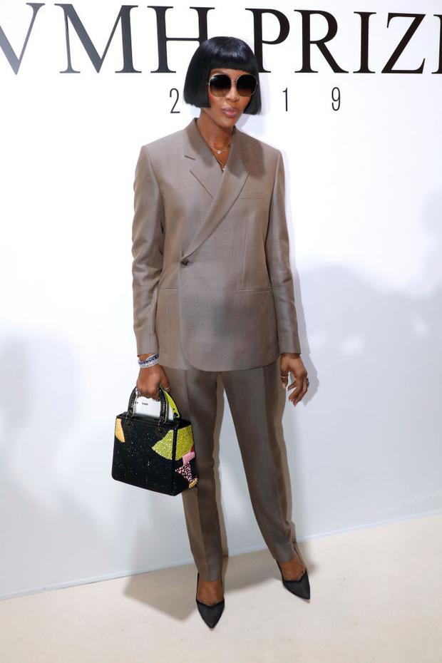 Идеальный брючный костюм и новая стрижка Наоми Кэмпбелл (фото 1)