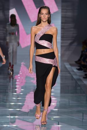 Показ Versace коллекции сезона Весна-лето 2015 года prêt-à-porter - www.elle.ru - Подиум - фото 589318
