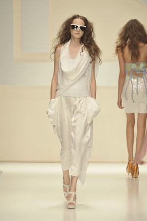 Показы мод Laura Biagiotti Весна-лето 2010 | Подиум на ELLE - Подиум - фото 2960