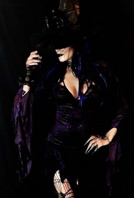 Черная вдова: 51-летняя Холли Берри в образе сексуальной ведьмы фото [1]