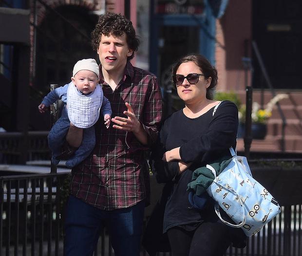 Джесси Айзенберг и Анна Страут с сыном
