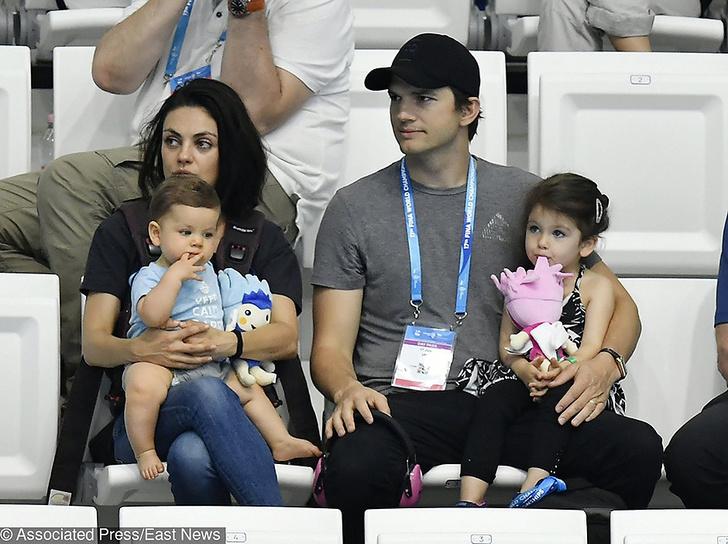 Мила Кунис и Эштон Катчер с детьми