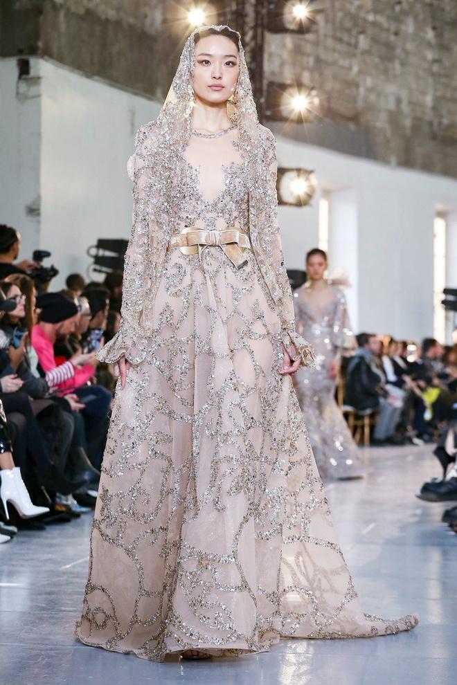 Вырезы в форме галстука и сотни тысяч кристаллов: Elie Saab Haute Couture 2020 (фото 30.2)