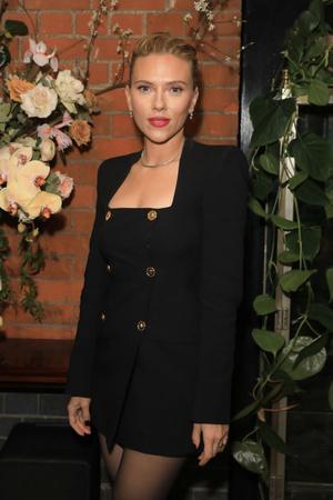 Маленькое черное платье + алая помада: Скарлетт Йоханссон на вечеринке Netflix (фото 0.2)