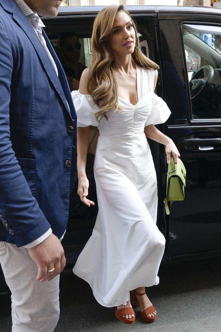 Бесподобно: самое эффектное белое платье на лето — у Джессики Альба (фото 1)