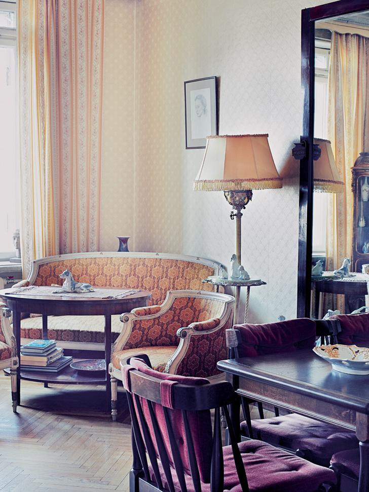Гостиная. Антикварная мебель привезена из старой ленинградской квартиры.