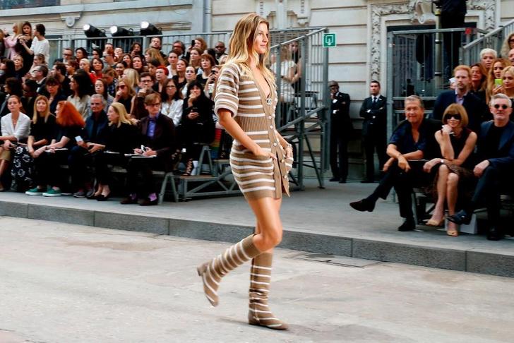 Жизель Бюндхен на показе Chanel