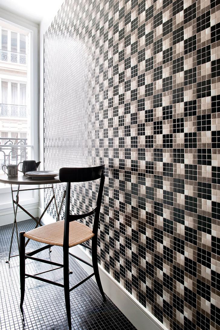 Стены кухни облицованы стеклянной мозаикой, дизайн Андре Путман для Bisazza. Стул Leggerissima куплен в магазине The Conran Shop.