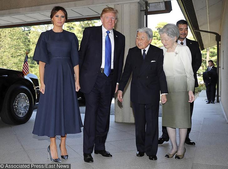 Красное и синее: Мелания Трамп на встрече с премьер-министром Японии фото [3]