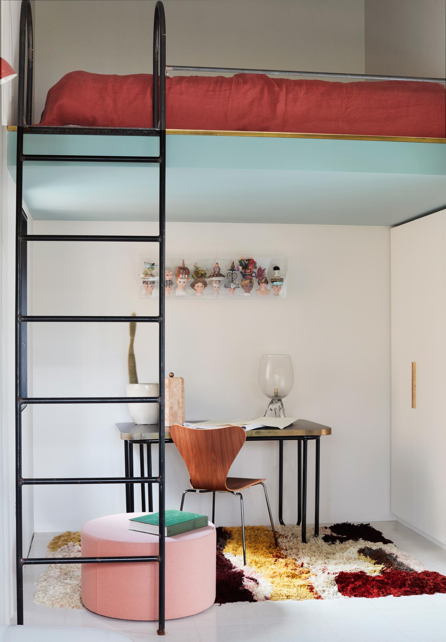 Спальня в стиле лофт: кровати на антресоли (галерея 0, фото 13)