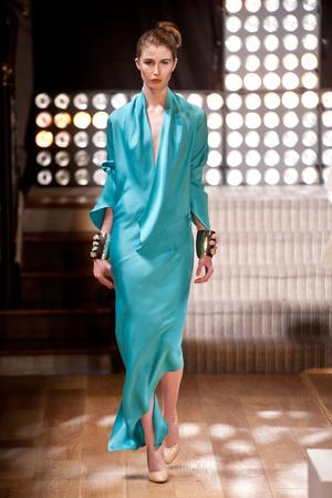 Показ Atelier Gustavo Lins коллекции сезона Весна-лето 2013 года Haute couture - www.elle.ru - Подиум - фото 479486