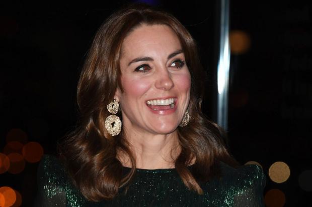 Вместо бриллиантовой тиары — серьги H&M: демократичная герцогиня Кейт (фото 3)