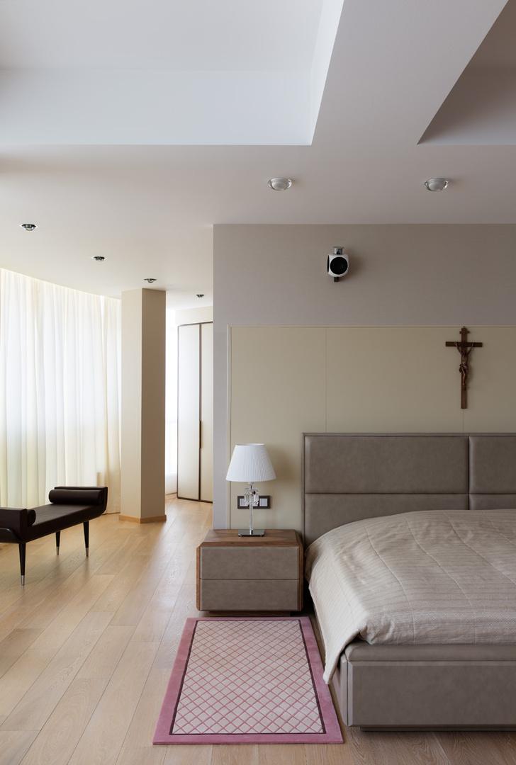 Спальня на втором этаже. Кровать, тумбочка, Smania, настольная лампа, Baccarat, слева — скамья, выполненная по дизайну Екатерины Елизаровой.