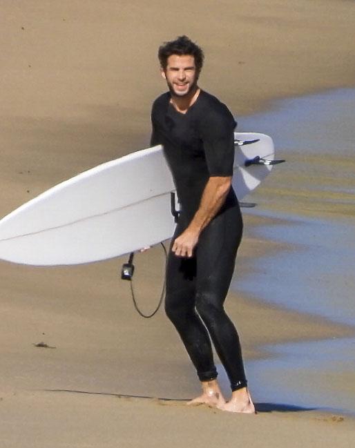 Рассекая волны: Лиам Хемсворт показал свои навыки серфера (фото 3)