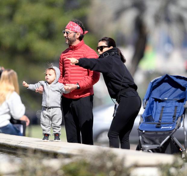 Семейная идиллия: Ева Лонгория на прогулке с мужем и ребенком (фото 2)