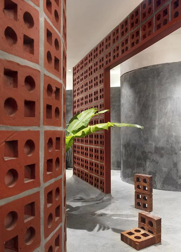 Терракотовые стены в арт-галерее в Индии (фото 13)