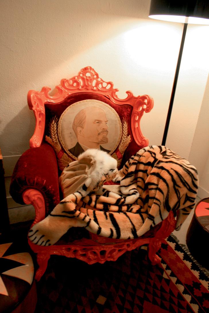 Кресло с портретом В.И. Ленина — не самая необычная вещь в офисе Frankie Morello.