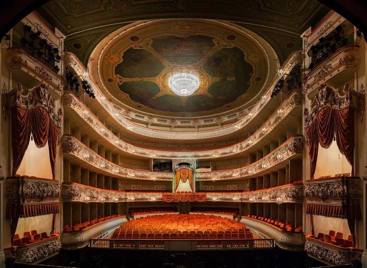 В Михайловском театре появились кресла Poltrona Frau (фото 0)