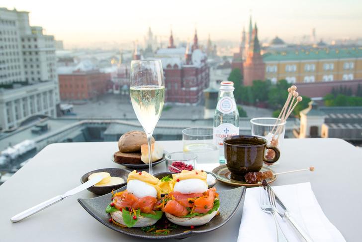 Яйца-пашот с английским маффином, копченым лососем и голландским соусом