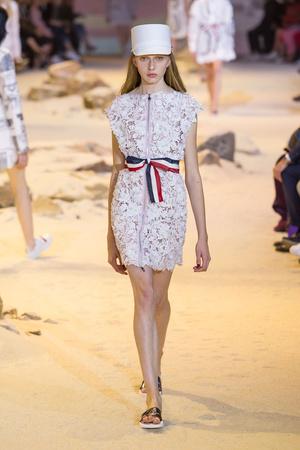 Показы мод Moncler Gamme Rouge Весна-лето  2017 | Подиум на ELLE - Подиум - фото 4719